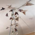 l'opera è composta da farfalle di origami realizzate con le pagine dei cataloghi delle mostre di fiber art a Chieri degli ultimi venti anni