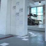 allestimento minimale composto da moduli quadrati che compongono lo spazio