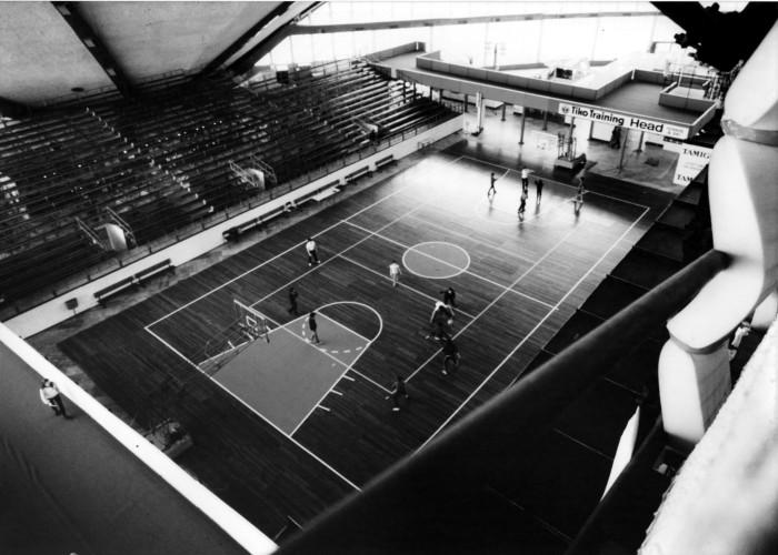 sportuomo torino 80_1980_palavela_torino_campo bascket